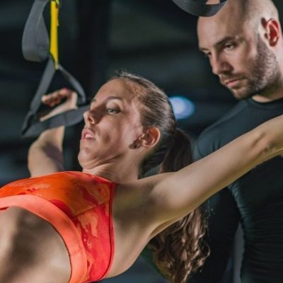 5e7b0fd870390_personal-trainer-with-woman-in-the-gym-pmtfkgd